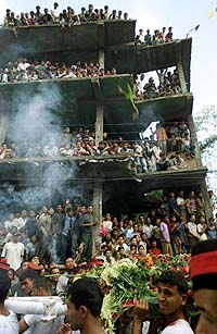 Crowds gathering in cremation of King Birendra